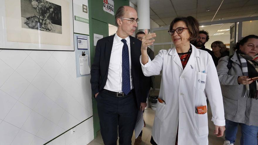 El conselleiro de Sanidade, Jesús Vázquez Almuíña, en el centro de salud de O Porriño