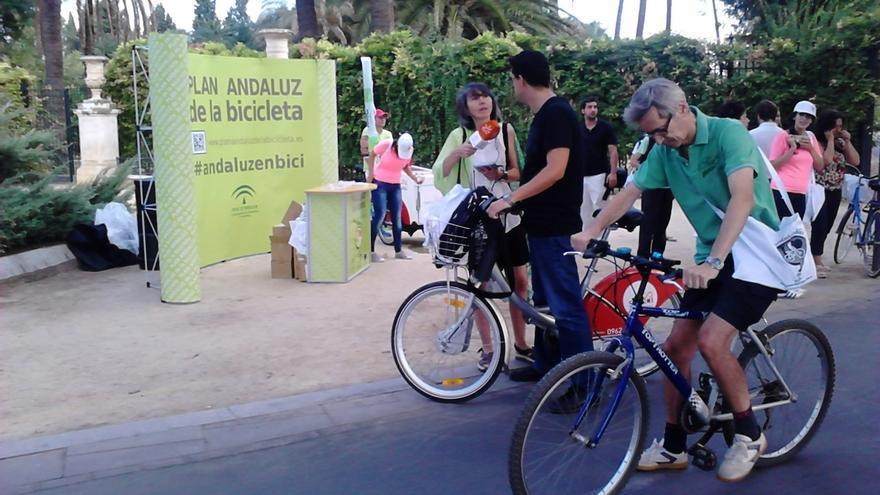 """El Sindicato de la Policía Local y A Contramano acuerdan impulsar la """"unidad ciclista"""" y el reciclaje de bicis"""