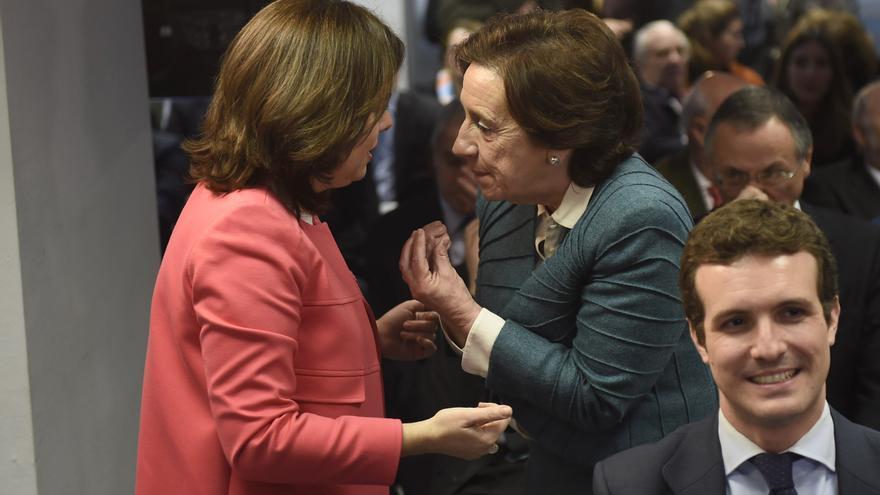 Soraya Sáenz de Santamaría y Victoria Prego en la entrega de unos premios de la Agencia EFE en marzo de 2016.