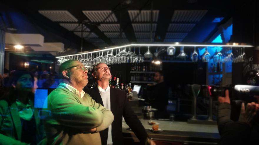 Francisco Igea y Luis Fuentes siguen la intervención de Albert Rivera por televisión.