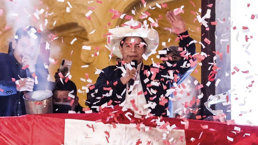 Oriundo del departamento andino de Cajamarca, Pedro Castillo recibe los atributos presidenciales de manos del actual mandatario, Francisco Sagasti, en el día que conmemora los 200 años de la proclamación de independencia de Perú de la Corona Española.