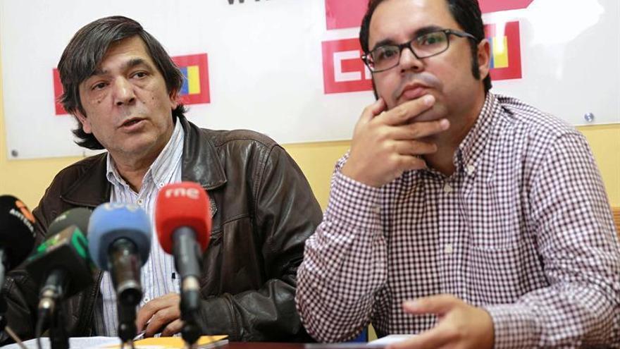 Los secretarios generales de UGT y CCOO en Canarias, Gustavo Santana y Carmelo Jorge Delgado (i), respectivamente.