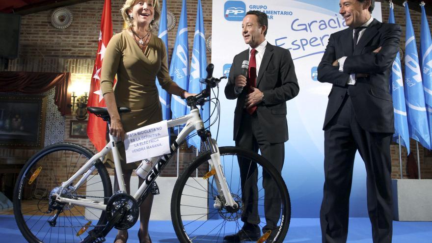 El PP regala una bicicleta a Esperanza Aguirre en su despedida