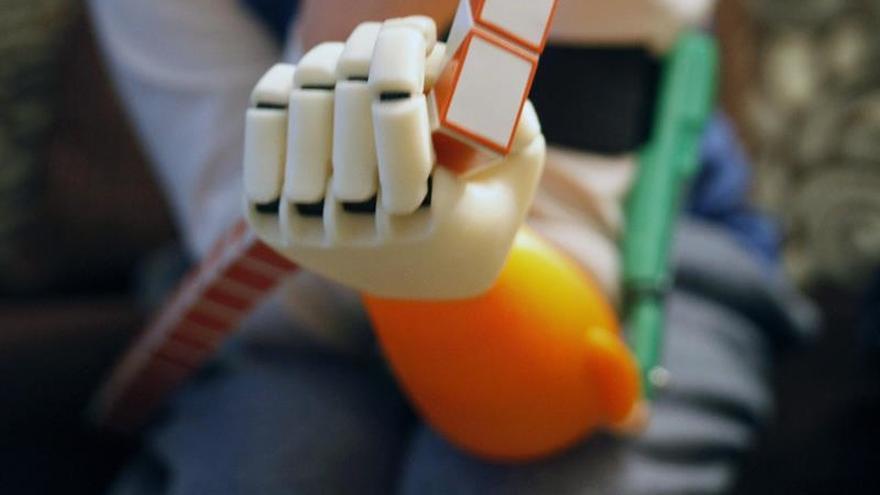 Crean una prótesis de mano en una impresora 3D para una compañera de colegio