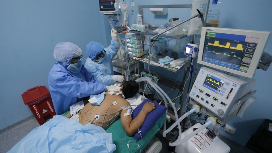 """Una """"falla masiva"""" hizo que Perú sea líder mundial en mortalidad por covid-19"""