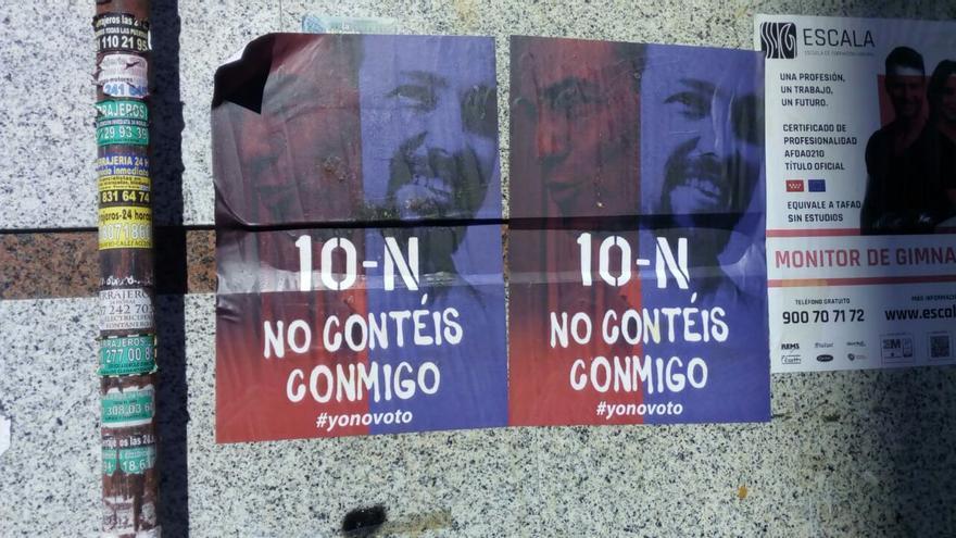 Carteles pegados en Usera, un barrio obrero de Madrid