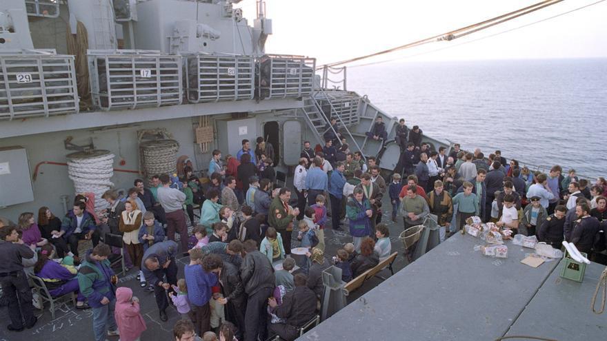 Decenas de refugiados bosnios, en una embarcación del Ejército español rumbo a España en 1993.