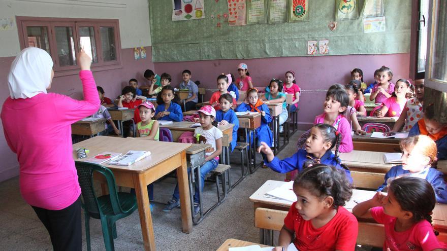 Niños y niñas refugiados de Palestina durante una clase en una escuela UNRWA