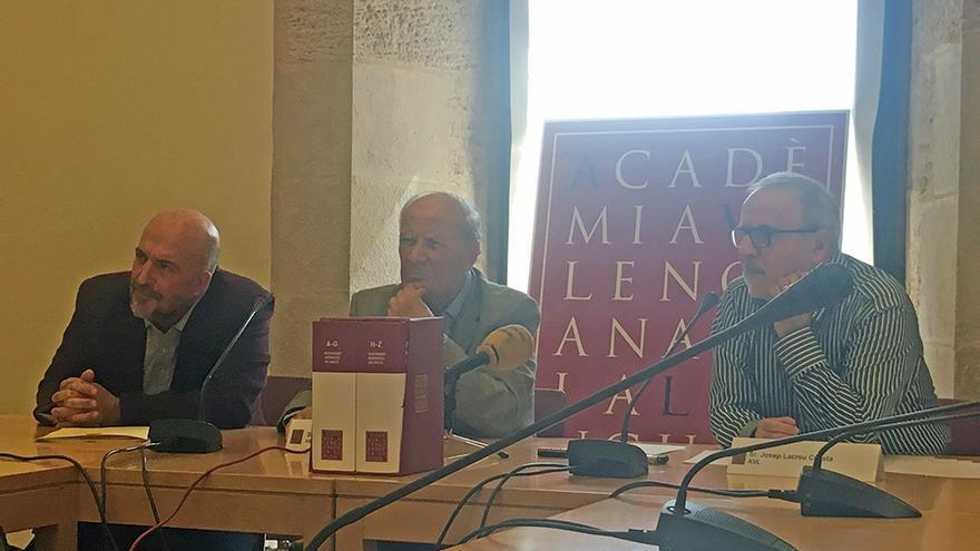 Un momento de la presentación del 'Diccionari normatiu' de la AVL