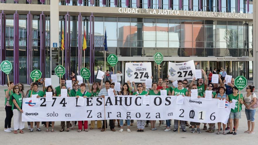 Acto de la PAH a las puertas de los Juzgados de Zaragoza.