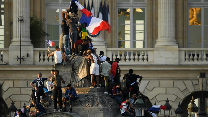 Los franceses celebran la victoria de la selección de fútbol en el Mundial el 16 de julio en París.