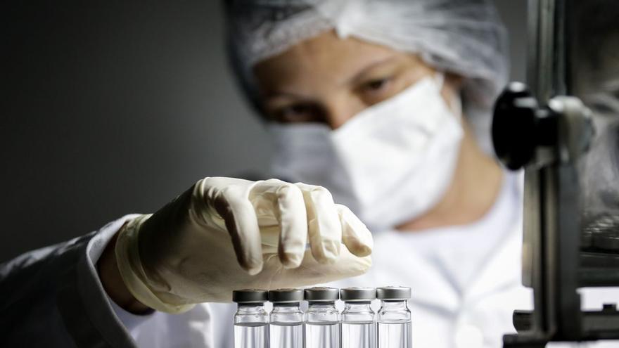 Personal sanitario manipula vacunas