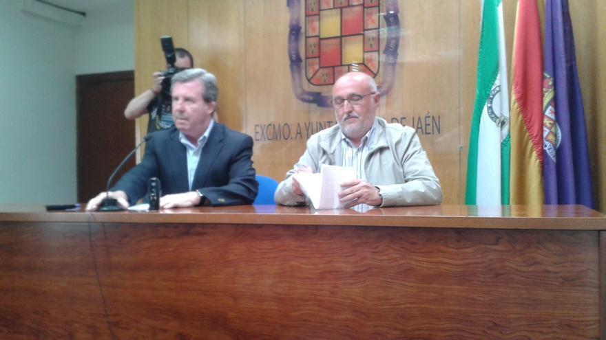 García Anguita, a la izquierda, durante la comparecencia para explicar la grabación.