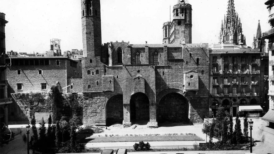 Plaça Berenguer. El 1942 existia un edifici d'habitatges (a la dreta, a la foto), que va ser substituït en els anys seixanta per un altre d'aspecte gòtic. A l'esquerra es pot veure la part superior de la Casa Padellàs, situada a la plaça del Rei. Al centre, la capella de santa Àgueda