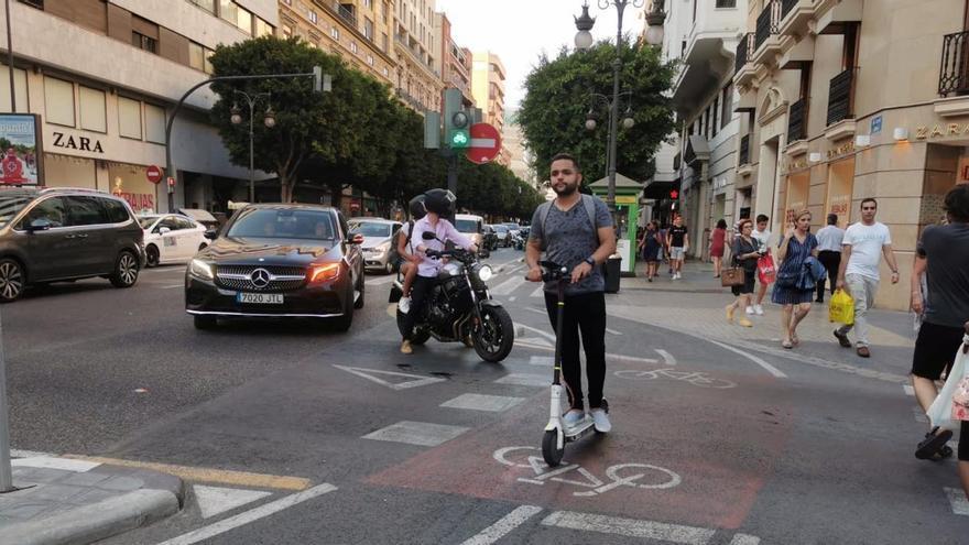 Un usuario de patinete eléctrico en el anillo ciclista