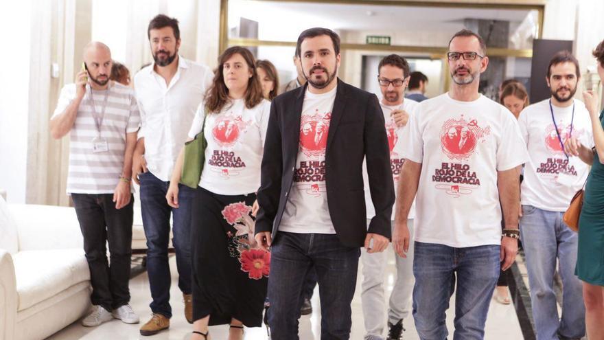 """Los diputados de IU han reivindicado la historia del PCE con una camiseta durante el homenaje a los 40 años de democracia. """"El hilo rojo de la democracia"""", se podía leer bajo una foto de Dolores Ibárruri y Rafael Alberti""""."""