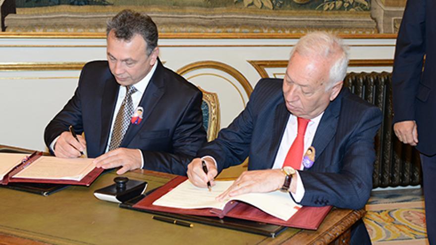 El ministro García-Margallo firma el convenio de adopcion con Rusia junto al viceministro de Educación Kaganov