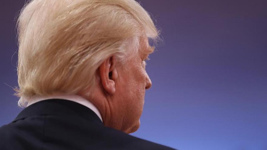 """Trump defiende inocencia de su hijo y denuncia de nuevo una """"caza de brujas"""""""