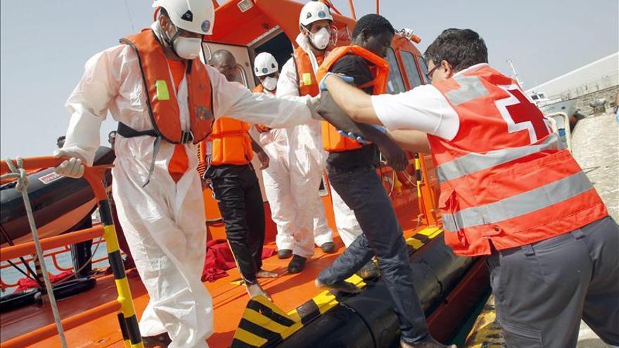 Hallan el cadáver de un inmigrante agarrado a un neumático en el Estrecho
