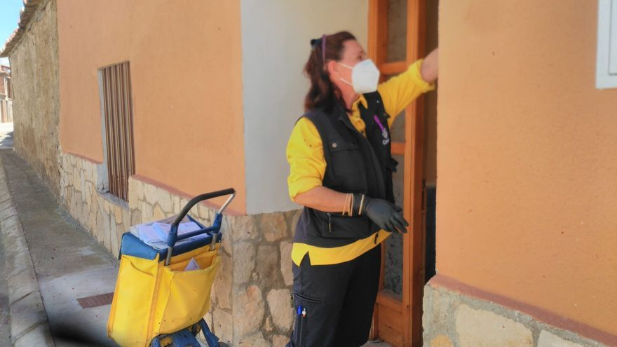 La cartera Anabel Gaspar, en pleno reparto diario en Candasnos (Huesca).