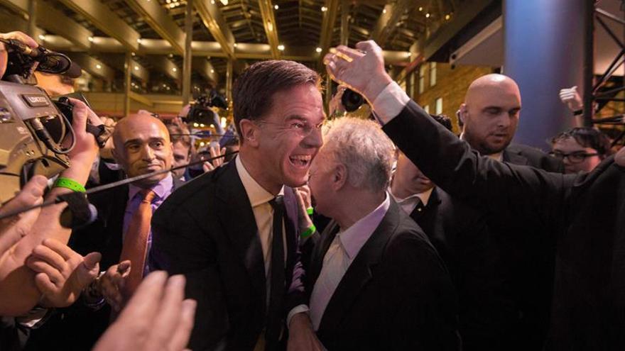 Los primeros resultados oficiales confirman la victoria de Rutte en Holanda