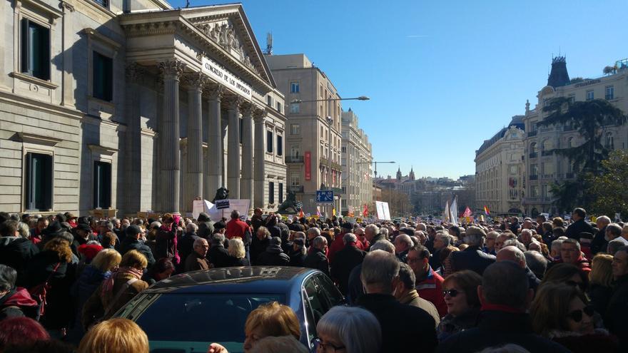 Los pensionistas rodean el Congreso. LAURA OLÍAS