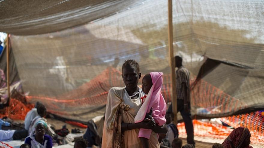 También hay varios equipos presentes en Nasir, ciudad perteneciente al estado de Alto Nilo, en Lankien, dentro del estado de Jonglei, y en Nimule, en el estado de Ecuatoria Oriental. Fuera del país, la organización médico humanitaria está apoyando a los Ministerios de Salud de Uganda y Kenia en la provisión de atención médica y agua potable a los refugiados, mientras que otro equipo ya está evaluando las necesidades y las condiciones para comenzar a trabajar al otro lado de la frontera con Etiopía. / Phil Moore