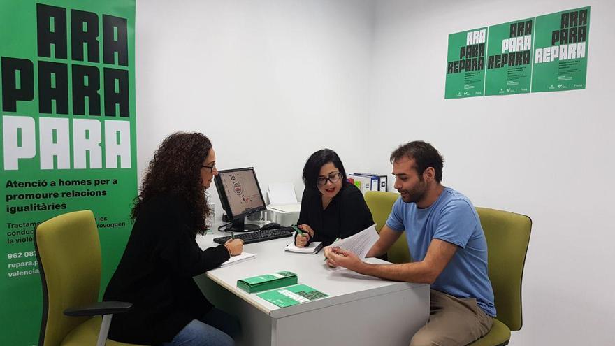 Núria Crespo, Elena Terreros y Aritz Pérez, responsables del programa 'Repara' del Ayuntamiento de Valencia