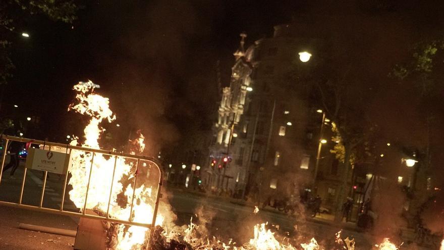 Incendios en las calles de Barcelona en la cuarta noche de protestas.