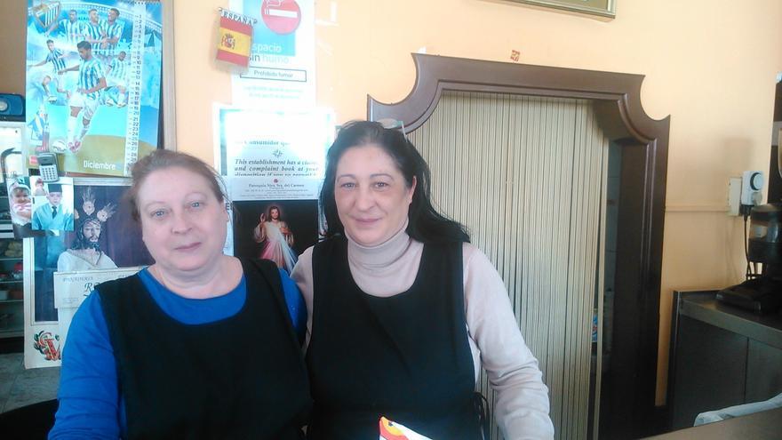 Paqui y Dolores García Caparrós, en su bar de Fuengirola