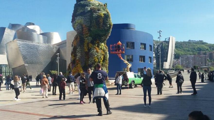 Turistas frente al Museo Guggenheim de Bilbao