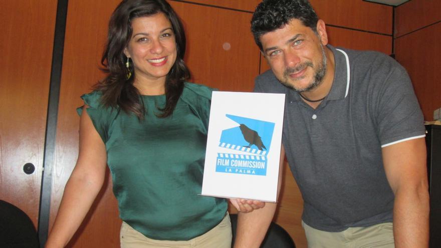 María José Manso y Alberto de Paz muestran el logo de 'La Palma Filme Commisión'. Foto: LUZ RODRÍGUEZ.