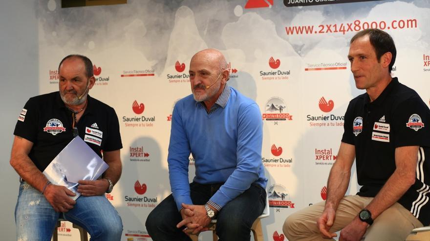 Juanito Oiarzabal junto a Alberto Zerain y Sebástian Álvaro durante la presentación del proyecto 2x14x8000 en Madrid.