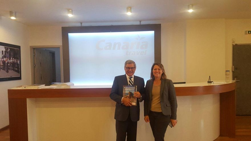Alicia Vanoostende con un representante del sector turístico checo.