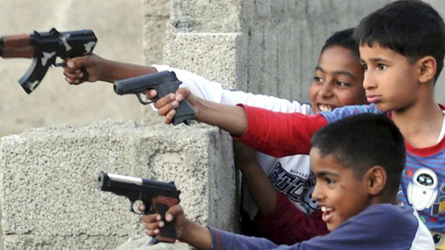 Niños juegan con armas de juguete en Abbottabad, Pakistán