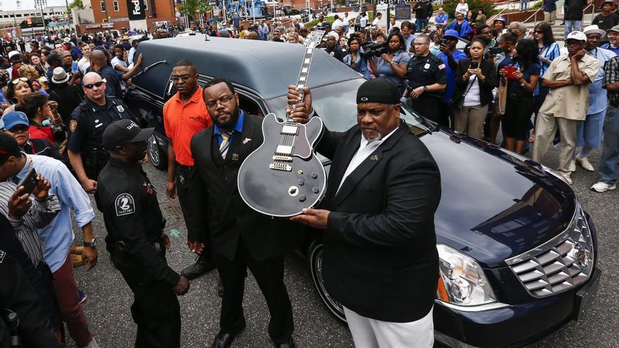 """Tony Coleman sostiene la guitarra Gibson """"Lucille"""" de B.B. King el día de su funeral en Memphis en 2014."""
