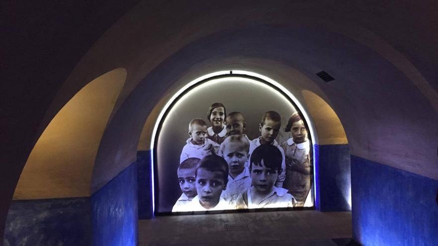 Una de las naves del refugio con al imagen de varios niños de la época