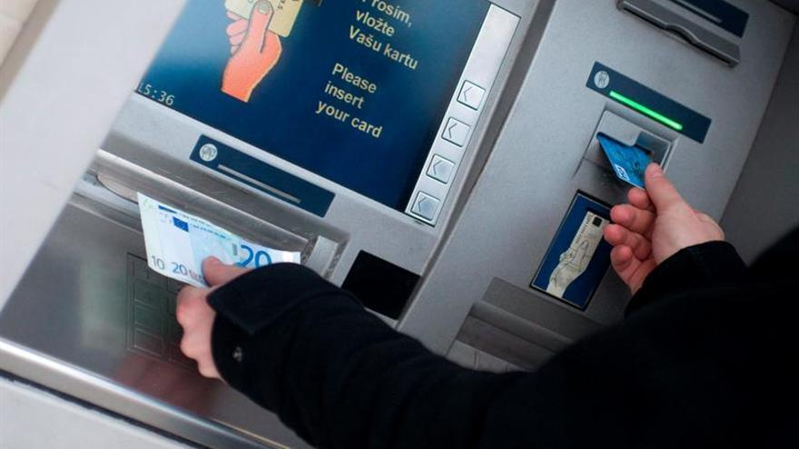 El euro baja hasta los 1,1209 dólares en Fráncfort