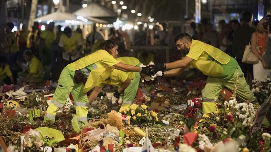 El espacio de homenaje a las víctimas del atentado de La Rambla sigue vivo