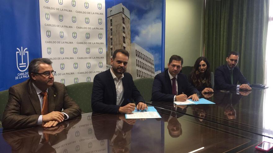 El consejero de Promoción Económica, Comercio y Empleo de Cabildo, Jordi Pérez Camacho (segundo por la izquierda), y el presidente del Colegio Oficial de Graduados Sociales de Santa Cruz de Tenerife, Carlos Agustín Bencomo, durante la firma del convenio.