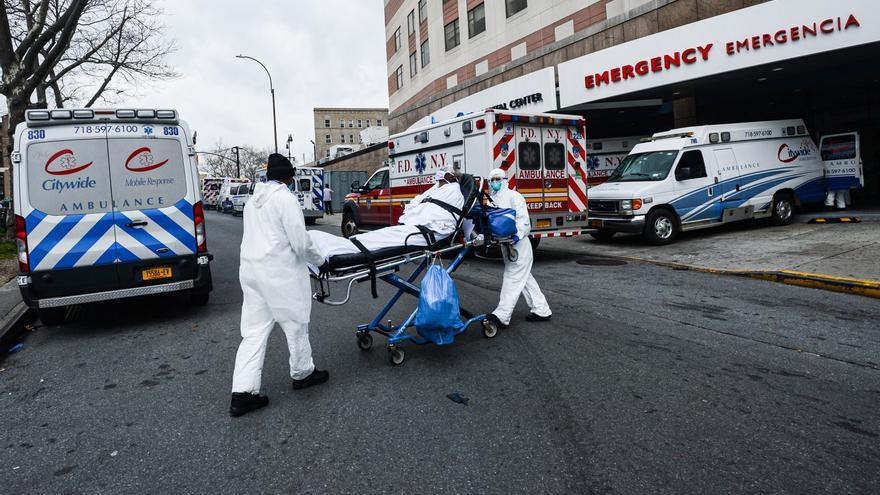 Personal sanitario traslada a un paciente con coronavirus a un centro hospitalario de Nueva York