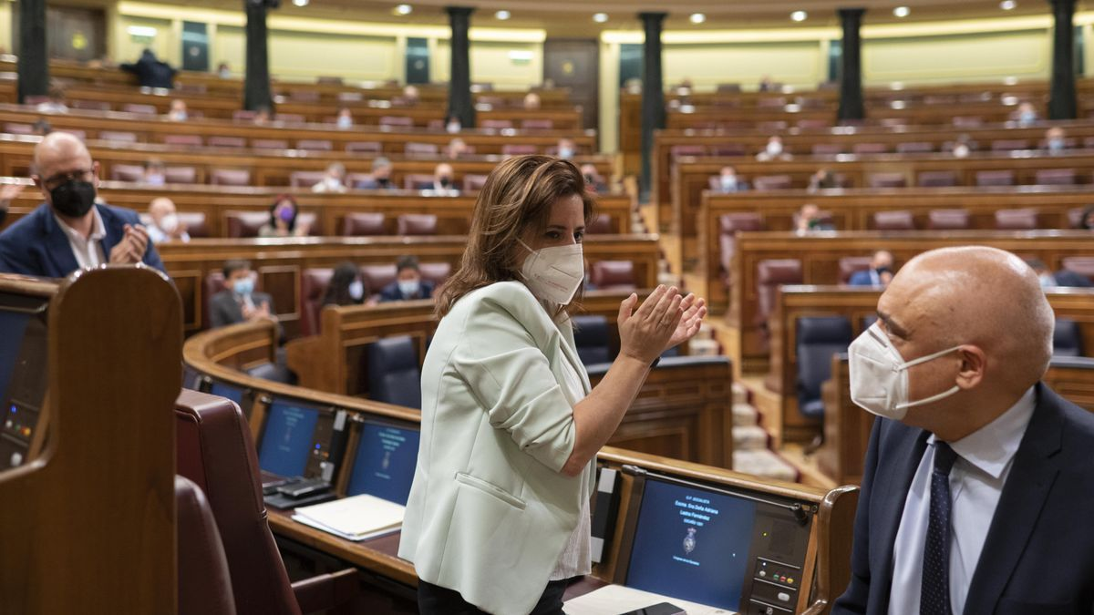 La portavoz del PSOE, Adriana Lastra, aplaude a su adjunto, Rafael Simancas, tras intervenir en el Pleno de este martes.