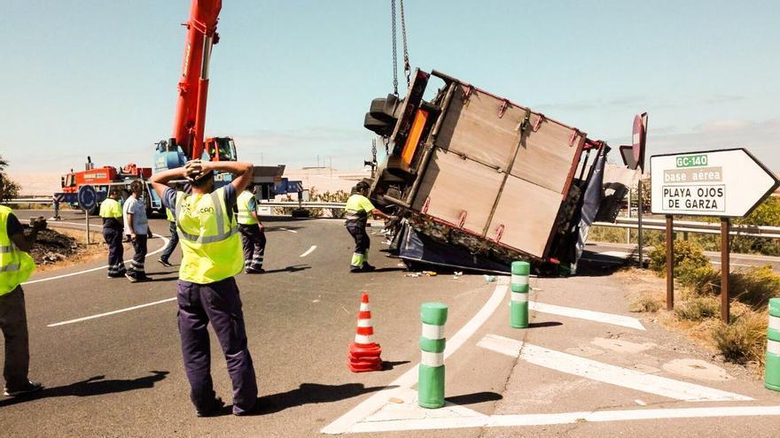 Camión volcado y ocupando el arcén. @carreterasgc