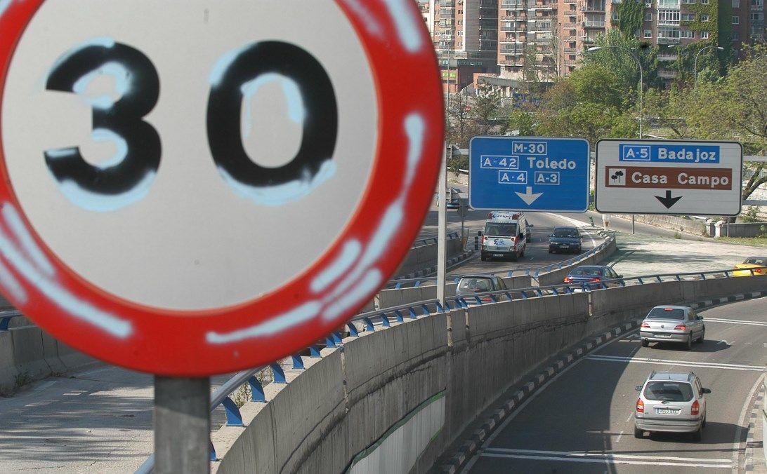 Cartel de limitación a 30 km/h en Madrid
