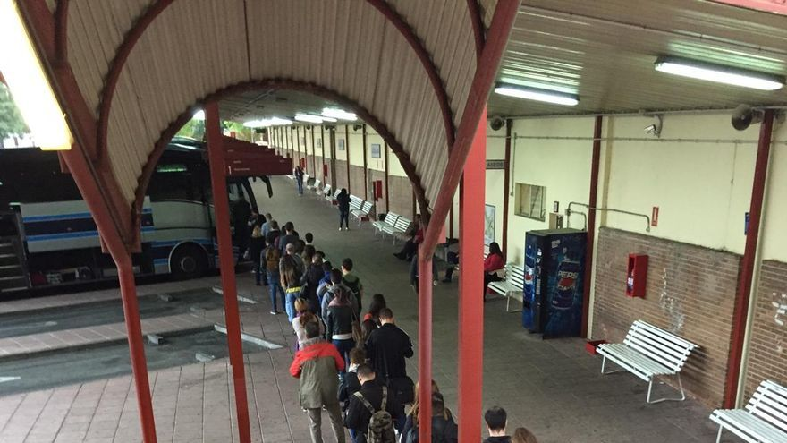 Largas colas de viajeros en la estación de autobuses de Guadalajara FOTO: Twitter @AfectadosxAlsa