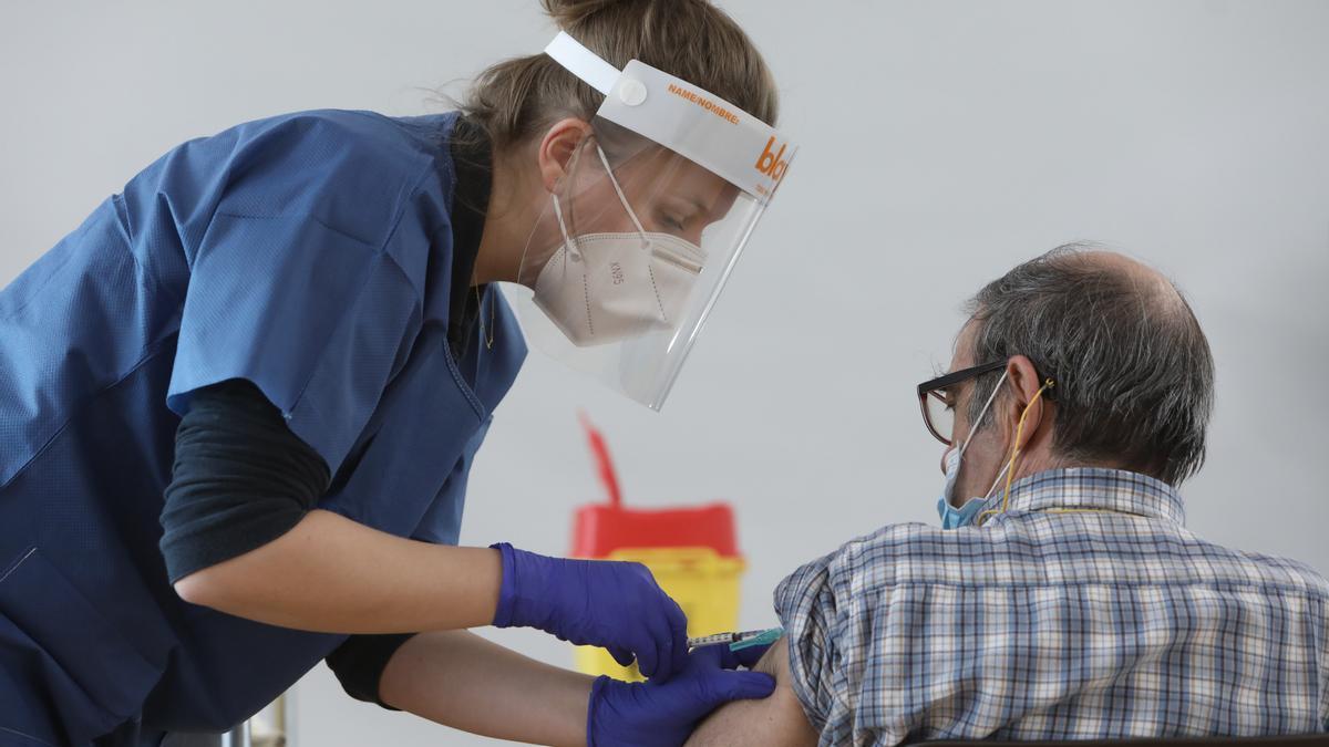 Una persona usuaria de una residencia de Navarra recibe la vacuna contra la COVID-19