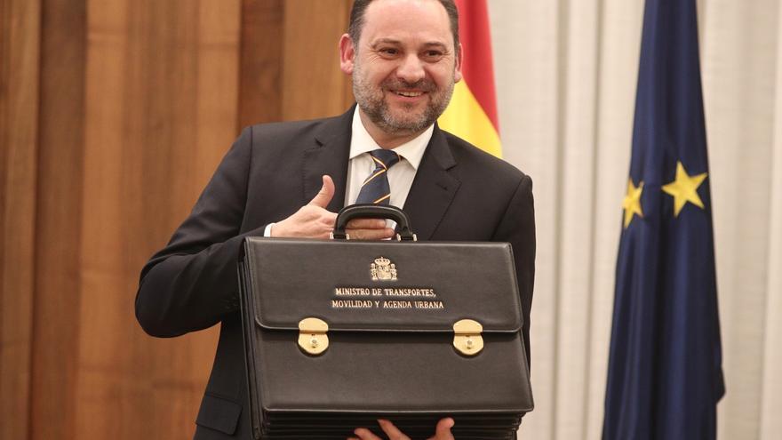 Ábalos ironiza sobre la importancia de las reuniones con ministros de Maduro y la oposición pide que acuda al Congreso