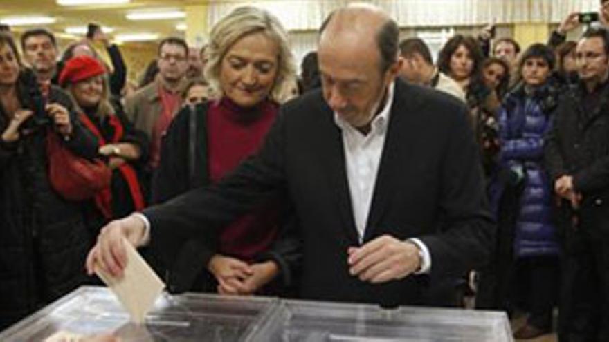Rubalcaba vota, en compañía de su esposa, a primera hora de este domingo. (EP)