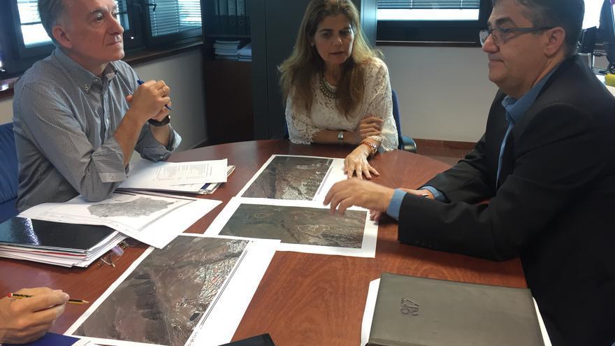 Reunión mantenida entre la consejera insular de Política Territorial, Inés Miranda y alcalde de Ingenio, Juan Díaz.