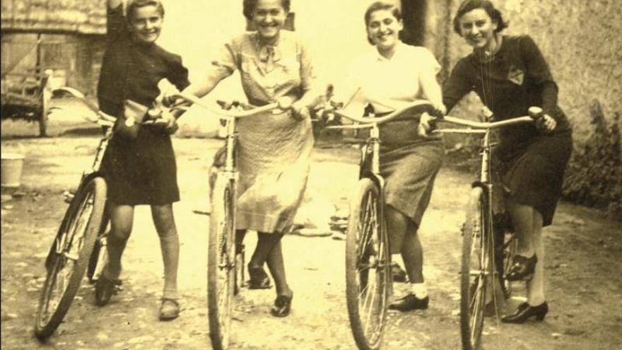 """""""Las 999 mujeres de Auschwitz"""" (Roca en castellano y Comanegra en catalán) da voz a las jóvenes mujeres judías y solteras que abandonaron sus hogares para trabajar como voluntarias el 25 de marzo de 1942 y se subieron a un tren con destino a Auschwitz."""